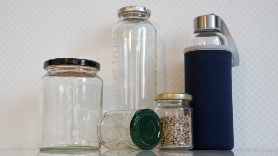 glass against (plastic) waste